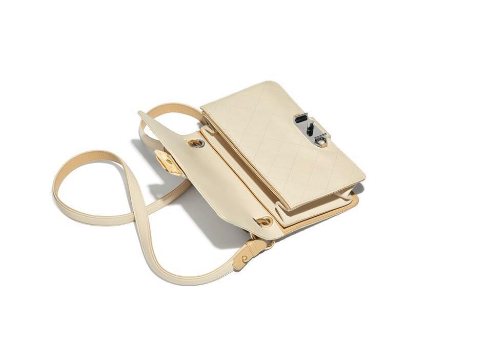 香奈儿Chanel 口盖包 米色小牛皮钌色与金色金属