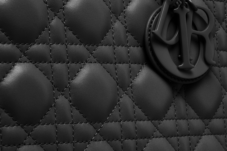 迪奥包包官网价格 Lady Dior黑色藤格纹哑光小牛皮翻盖式手提包